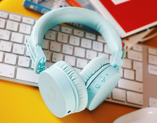This Thursday feeling! Βάλε λίγο χρώμα στο γραφείο σου, συντονίσου σε αγαπημένες μουσικές συχνότητες με τα #mint #headphones ... και θα διαπιστώσεις οτι #ολαφτιαχνονται! Και αν πάλι όχι, μια βόλτα στα καταστήματά μας σίγουρα θα σου φτιάξει τη διάθεση 😉 📸 @noupougr #wefixitall #techaccessories #techgadgets #techguru #techsavvy #techsupport #techrescue #techlover #techtrends #tech #techgeek #sleek #design #techdesigns #freshnrebel #keyboard #apple #colours #desksetup