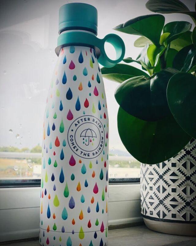 Όπως λένε και οι σοφοί: After rain comes the rainbow! 🌈😉 Από τα πιο ωραία water bottles που θα βρείτε στα καταστήματα και στο eshop μας! #techguru #techrepairs #techsavvy #techgadgets #techaccessories #ολαφτιαχνονται #thefixersgr #mobileaccessories #techlover #wefixitall #waterbottle #rain #rainbow #legami